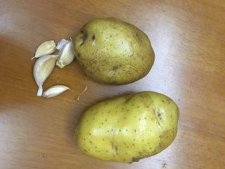 红腐乳烧土豆,土豆2个洗好备用