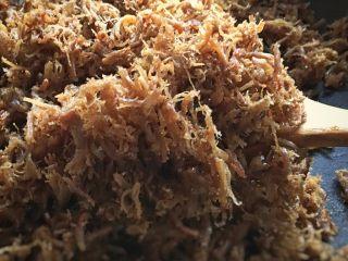 零嘴肉松,一共需要炒50分钟左右,肉丝己干爽蓬松的状态,炒的越干越有利于保存