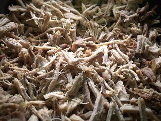 零嘴肉松,用平底不粘锅里倒入一半芝麻油,我分二锅做,放入肉丝