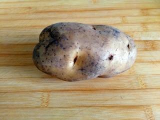 圆土豆+糖醋土豆丁,准备食材 一个带有泥土气息的大土豆,嘿嘿!