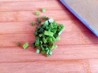 圆土豆+糖醋土豆丁,小葱叶切碎备用 ps:用于装饰,不喜欢的可以省略这步