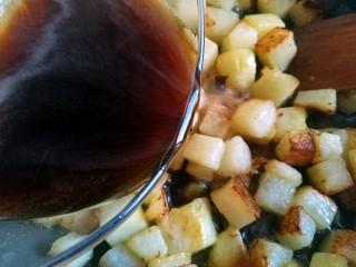 圆土豆+糖醋土豆丁,倒入调好的料汁