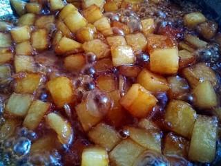 圆土豆+糖醋土豆丁,大火煮至汤汁变少,越来越粘稠
