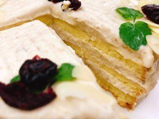 栗子蛋糕,然后就可以随心所欲地糊一个栗子奶油蛋糕了。我抹了三层,最后用薄荷叶、杏仁片和蔓越莓干随意装饰了一下,帅不过三秒拍完立刻吃...