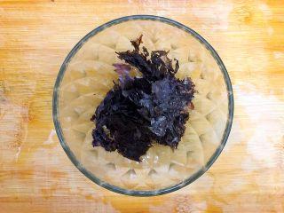 暖冬系列之家常四宝鲜汤,取适量紫菜撕碎,备用