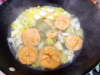 暖冬系列之家常四宝鲜汤,五分钟后打开锅盖,油面筋已经瘪掉了,说明已经熟了