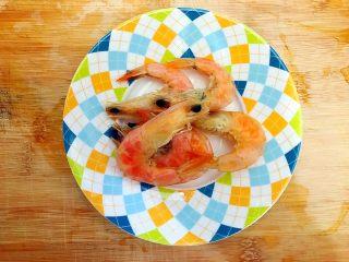 暖冬系列之家常四宝鲜汤,虾干用水稍微冲洗一下,剪去虾须虾枪和虾脚,备用