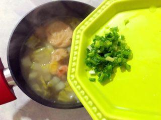 暖冬系列之家常四宝鲜汤,倒入你喜欢的器皿内,撒上葱花,即可