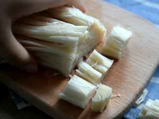 麻辣香锅,金针菇洗净,去掉根部,挤干水分备用