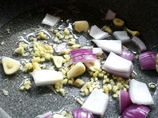 麻辣香锅,留底油,放入姜末、蒜片爆香,再倒入洋葱翻炒