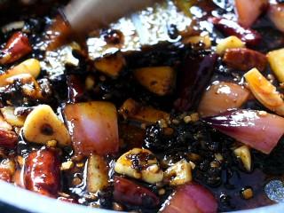 麻辣香锅,用小火,翻炒出红油并且出香味