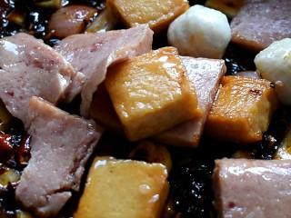 麻辣香锅,肉类也放进去翻炒