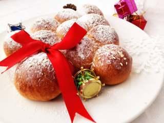 圣诞季之圣诞树面包,烤好后,晾凉,撒上糖粉装饰一下。