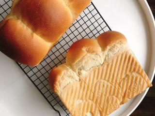 中种奶油奶酪吐司,出炉放烤网晾凉,凉至手温密封保存。