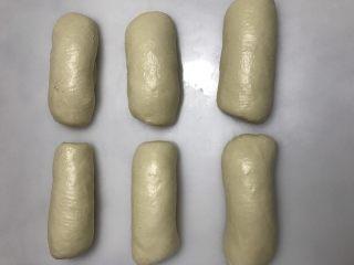 中种奶油奶酪吐司,卷起盖保鲜膜松弛15分钟。