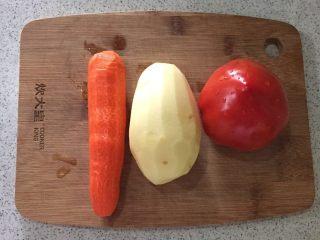 圆土豆+土豆炖牛腩,炖牛肉期间 准备土豆一个 胡萝卜一根 西红柿一个