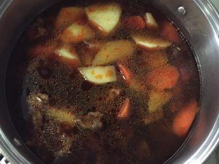圆土豆+土豆炖牛腩,倒掉煮胡萝卜的水,放 煮好的牛肉汤继续煮