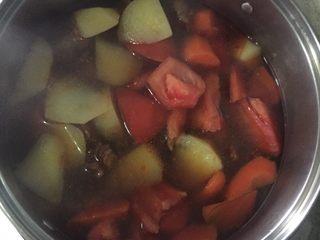 圆土豆+土豆炖牛腩,煮至土豆快烂时加入西红柿煮至土豆胡萝卜西红柿都烂后,加盐调味