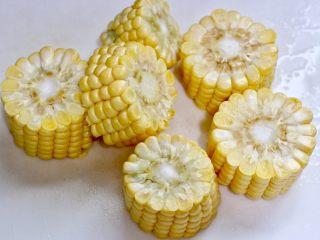牛髓骨玉米汤,玉米切段