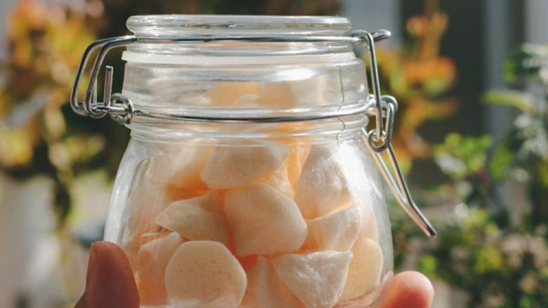 入口即化的原味溶豆,烤好的溶豆迅速密封保存。