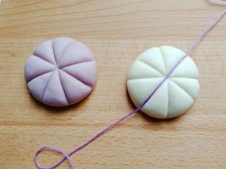 花式豆沙包,然后用粗点的线如图压出花纹,很简单压米字花纹;