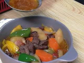 快手午餐一道菜 土豆胡萝卜牛肉煲,加入冰糖、酱油、彩椒,改大火煮5分钟,收浓汤汁。