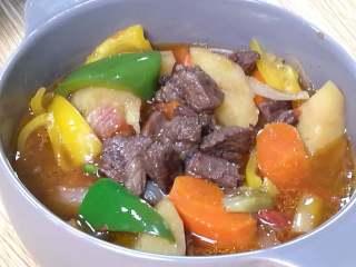 快手午餐一道菜 土豆胡萝卜牛肉煲,起锅。