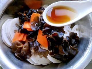 荷塘小拌-凉拌藕片,在拌菜盆里加入一勺味极鲜