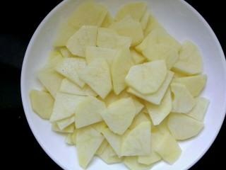 圆土豆+干锅土豆片,用清水洗去淀粉