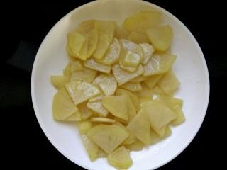圆土豆+干锅土豆片,盛出待用