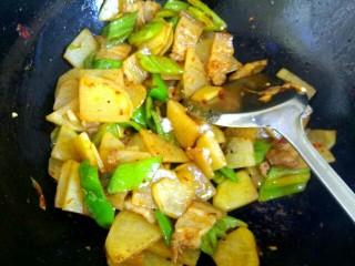 圆土豆+干锅土豆片,加入一勺生抽,一勺料酒,半勺糖,适量盐