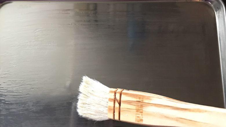 自制肠粉,找一个不锈钢盘(也可以是平底的瓷盘),刷上薄薄一层油