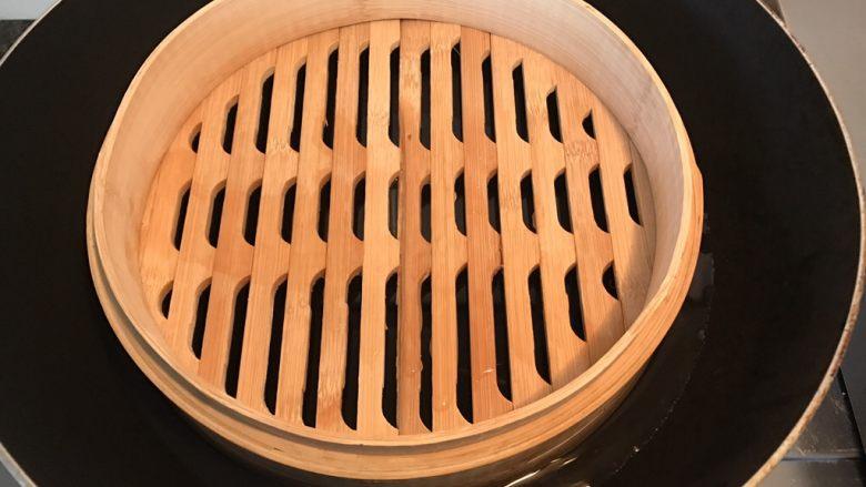 自制肠粉,因为是家庭自制肠粉没有专门的蒸箱,所以找了个大锅放上蒸笼