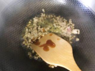 花样豆腐,加入少许生抽、蚝油,炒至七成熟