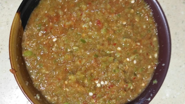 独家秘制制作的辣椒酱,都拌一起就成功了,简单吧,味道特别好,就馒头吃,当咸菜吃,我吃什么都得加点