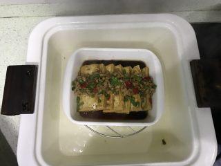花样豆腐,倒入生抽,放些剁椒、葱!隔水蒸约二分钟