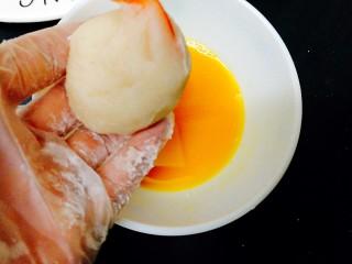 圆土豆+凤尾土豆虾球,先裹上一层鸡蛋液