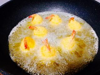 圆土豆+凤尾土豆虾球,锅中倒入油,烧至6成热,放入裹好的土豆虾球,中间要把虾球翻一翻,炸至金黄色即可捞出,控干油份摆盘,挤上些番茄酱蘸着吃,😍😍😍😍