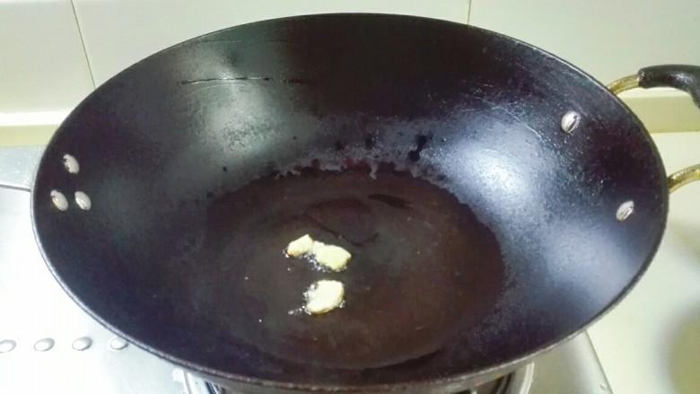 剩米饭的春天~九(韭)心(杏)蛋泡饭,热锅凉油,放姜片煎香