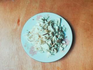 剩米饭的春天~九(韭)心(杏)蛋泡饭,杏鲍菇洗净切碎