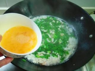 剩米饭的春天~九(韭)心(杏)蛋泡饭,放鸡蛋液成蛋液,徐徐倒下,用筷子划圈搅匀