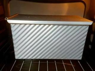 牛奶吐司,烤箱上下火200度预热,放入下层烤约40分钟