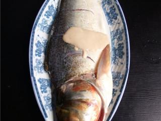 香辣豆瓣鱼,白鲢鱼宰杀后,剖洗干净,用适量盐、料酒、水淀粉抓匀,腌制片刻;
