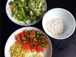 香辣豆瓣鱼,芹菜、二荆条、老姜、大蒜、部分大葱切碎(部分大葱切小段);备上干淀粉,用于后面汤汁勾芡;
