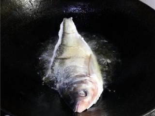 香辣豆瓣鱼,炒锅烧热,油多放一点,放入白鲢鱼炸熟;煮熟后,捞出控油,盛入碟子里;