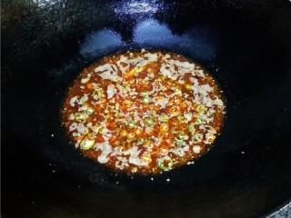 香辣豆瓣鱼,倒入适量清水,调入适量白糖、香醋烧开;