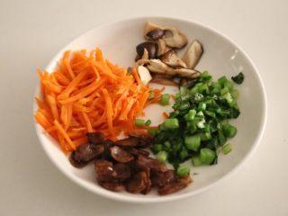 腊肠石锅拌饭,所有的蔬菜都炒熟装盘备用。