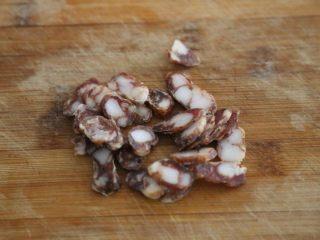 腊肠石锅拌饭,腊肠切片备用。