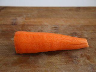 腊肠石锅拌饭,胡萝卜一根去皮洗净。