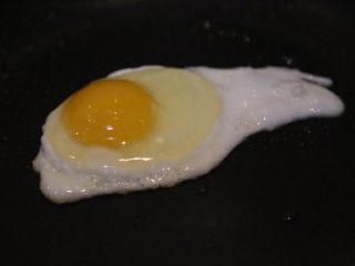 腊肠石锅拌饭,煎一个鸡蛋备用。